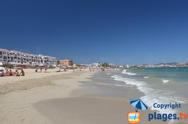 Plage avec de l'ambiance à Ibiza - En Bossa