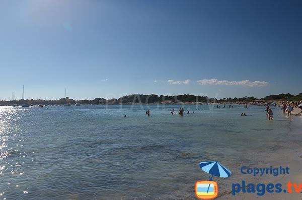 Vue sur le port de Colonia de Sant Jordi depuis la plage Es Dolc
