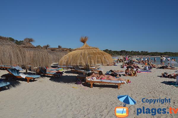 Chaises longues sur la plage Es Dolc à Colonia de Sant Jordi
