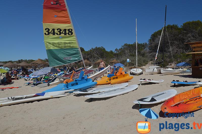 Sports nautiques sur la plage d'Es Moli de s'Estany à Colonia de Sant Jordi à Majorque