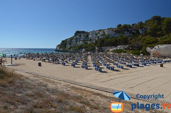 Chaises longues sur la plage de S'Estany d'en Mas à Porto Cristo sur l'ile de Majorque