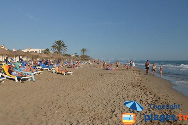Location de matelas sur la plage d'Estrella del Mar au nord de Marbella