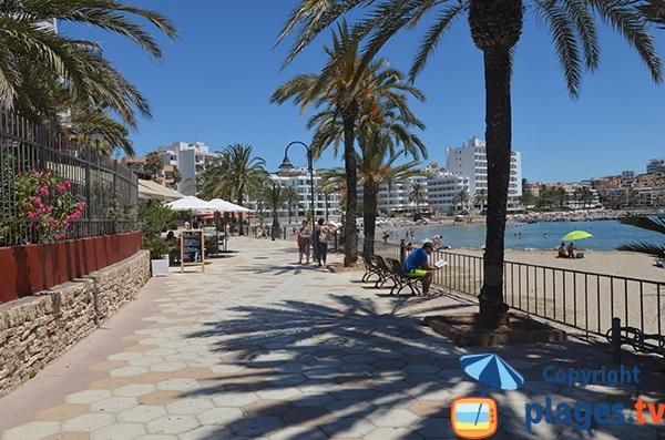 Promenade le long de la plage de Figueretes à Ibiza