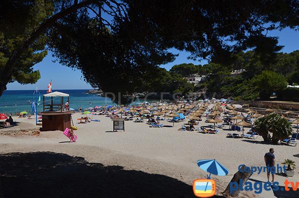 Ombre sur la plage de Font de Sa Cala à l'Est de Majorque