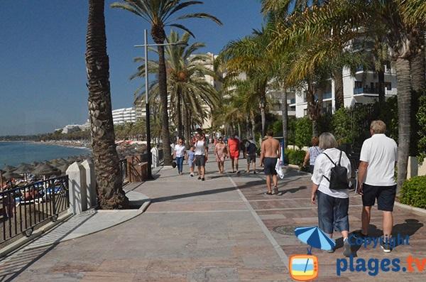 Promenade piétonne le long de la plage de Fontanilla - Marbella