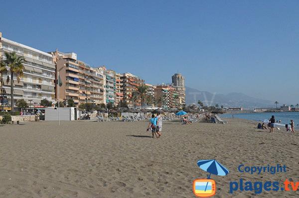 Plage à côté du port de Fuengirola en Andalousie au sud de Malaga