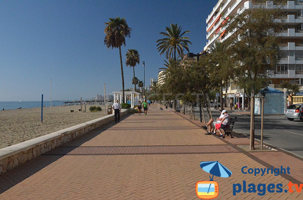 Promenade piétonne le long de la plage de Las Gaviotas à Fuengirola