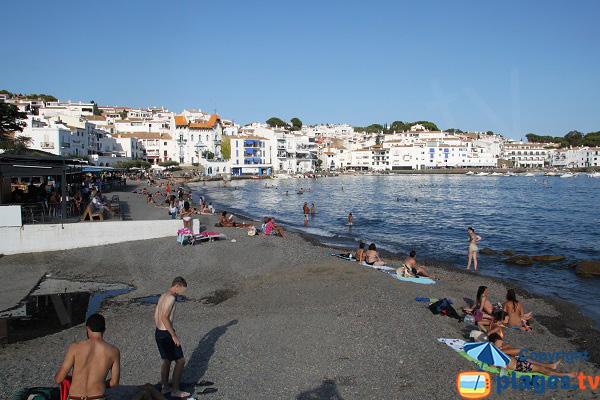 Photo de la plage dans le centre de Cadaques - Espagne