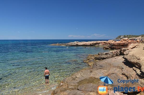 Rochers autour de la plage de s'Illot d'Es Rencli à Ibiza