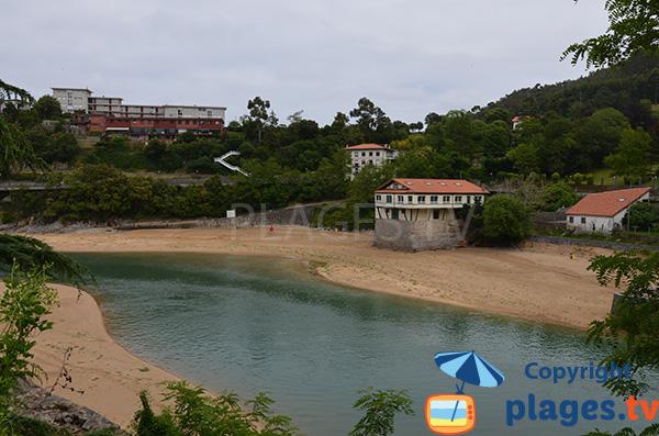 Plage Isuntza à Lekeitio le long du fleuve