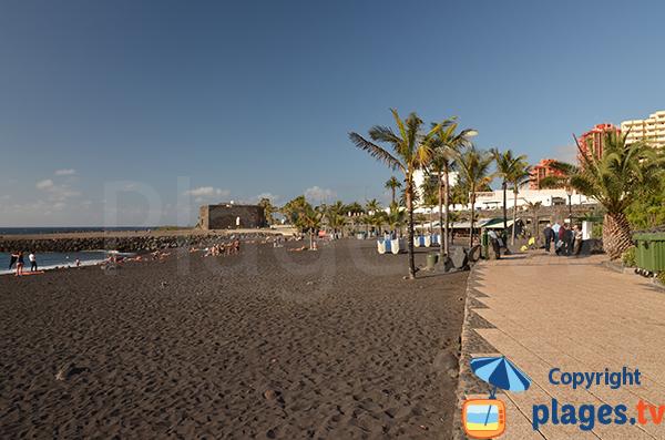 Promenade le long de la plage du Jardin à Puerto de la Cruz