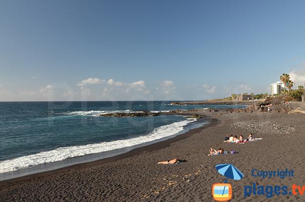 Plage de sable noir à Puerto de la Cruz - Canaries