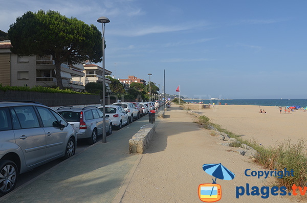 Parking le long de la plage de Kalima - Caldes d'Estrac