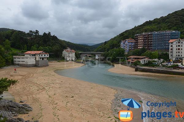 Plage le long du rio de Lea Ibaia - Lekeitio