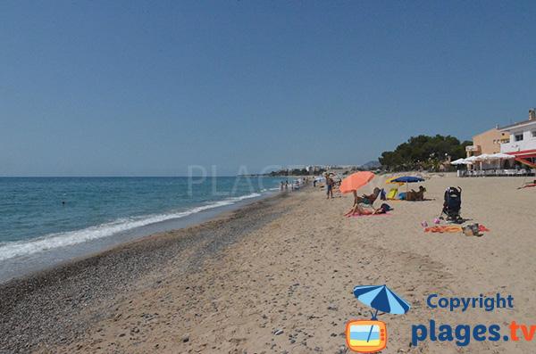 Sable et gravillons sur la plage de la Riviera - Mont Roig del Camp