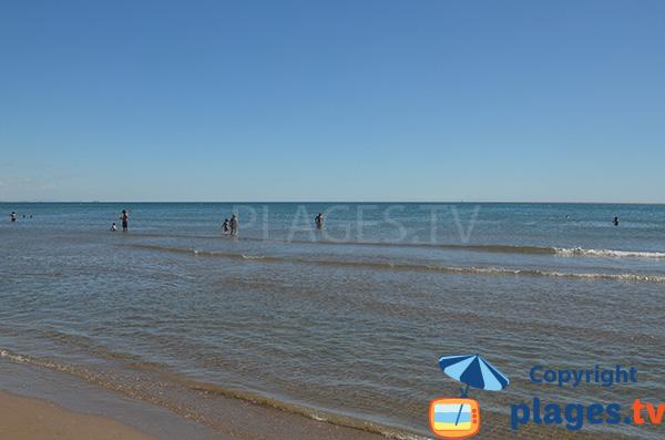 Baignade sur la plage de Las Arenas à Valence