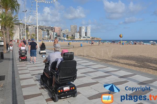 Promenade piétonne le long de la plage de Levante - Benidorm