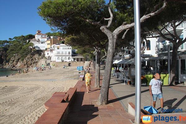Promenade en front de mer à Llafranc en bord de plage - Espagne