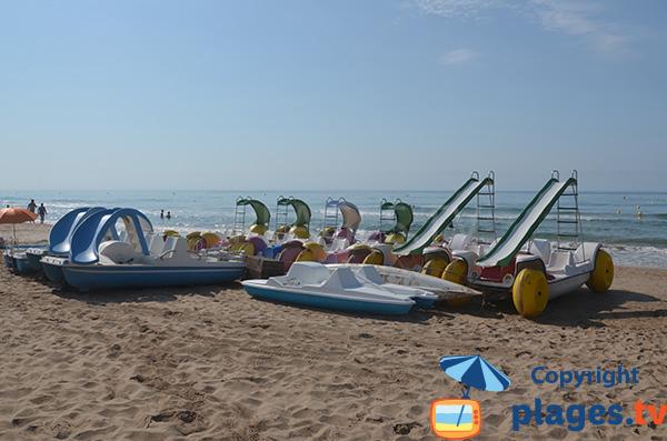 Pédalos sur la plage de Llarga - Tarragone