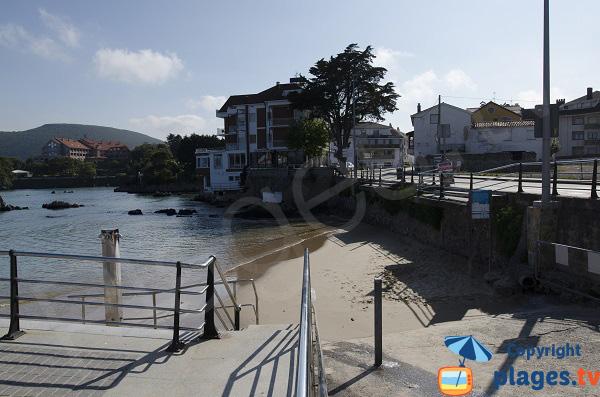 Photo de la plage de Los Barcos à marée haute - Isla - Espagne