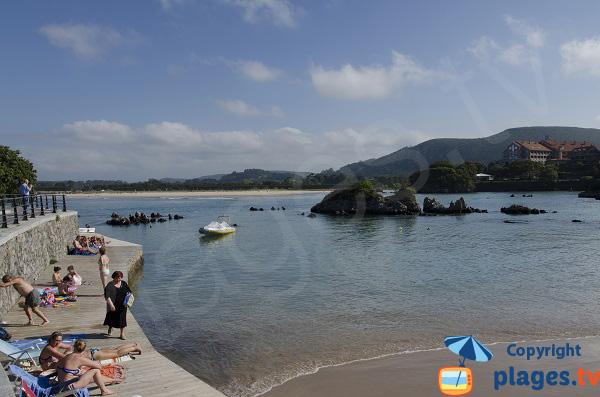 Plage de Los Barcos à Isla avec vue sur Noja - Espagne