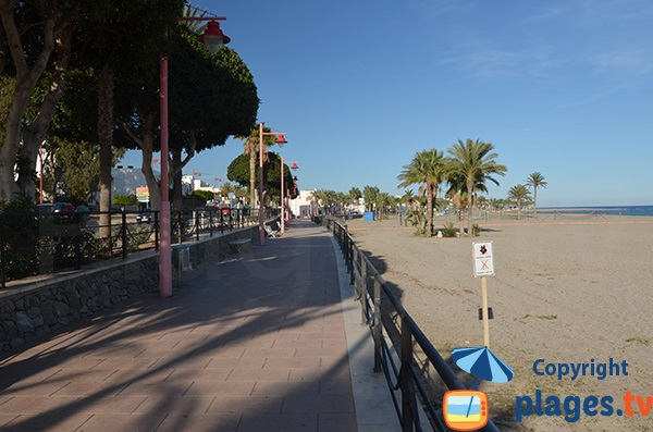Promenade le long de la plage de Los Barquicos à Carboneras