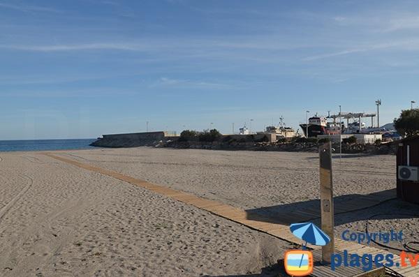 Vue sur le port de Carboneras depuis la plage de Los Barquicos