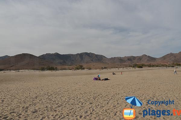 Environnement de la plage de Los Genoveses à San Jose