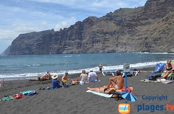 Plage de Los Guios avec vue sur les falaises de Los Gigantes à Tenerife