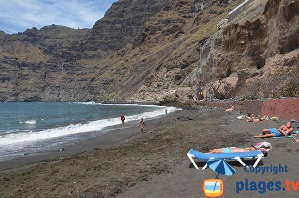 Plage de sable noir à Los Gigantes - Tenerife