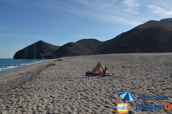 Plage au pied des volcans du Cabo de Gata-Nijar en Espagne
