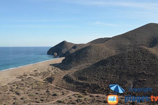 Plage dans un environnement volcanique en Andalousie