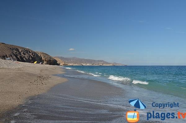 Baignade sur la plage de Los Muertos à Carboneras