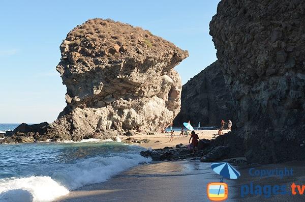Petite crique sur la plage de Los Muertos en Espagne