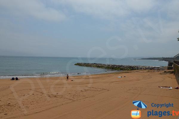 Extrémité de la plage de Luanco en Espagne