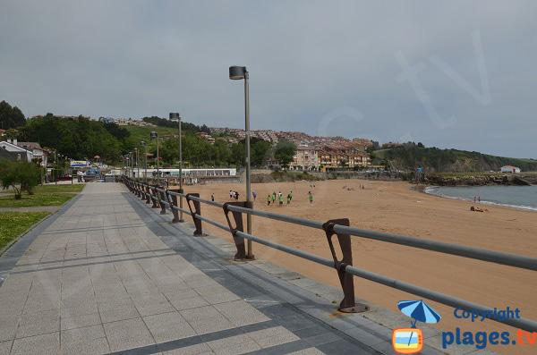 Esplanade le long de la plage de Luanco en Espagne