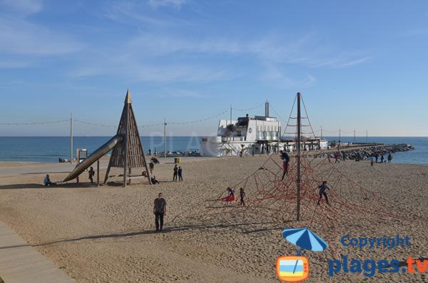 Jeux pour les enfants sur la plage de Mar Bella - Barcelone