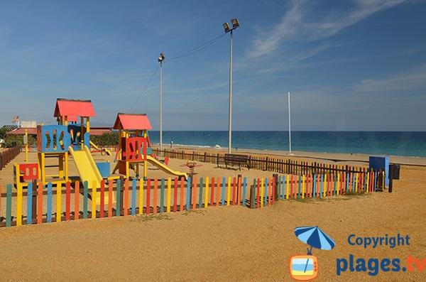 Jardin d'enfant sur la plage de la Marina de la Torre à Mojacar
