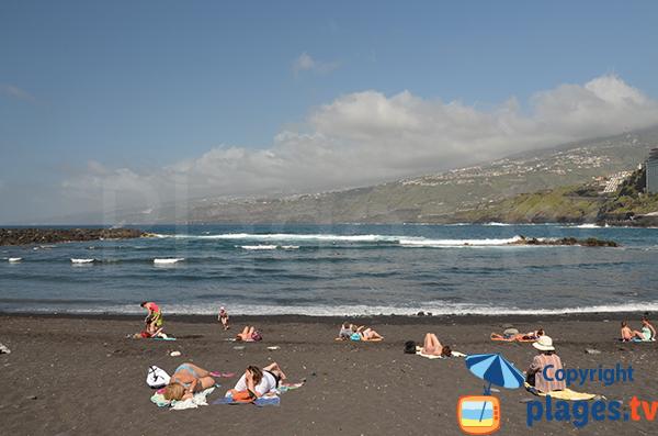 Vue sur la côte rocheuse de Tenerife depuis la plage de Martianez - Puerto de la Cruz