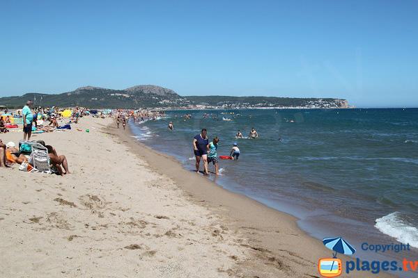 Vue sur l'Estartit depuis la plage de Mas Pinell - Espagne