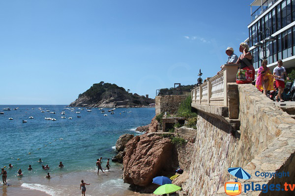 Vue sur la vielle ville de Tossa de Mar depuis la plage Menuda