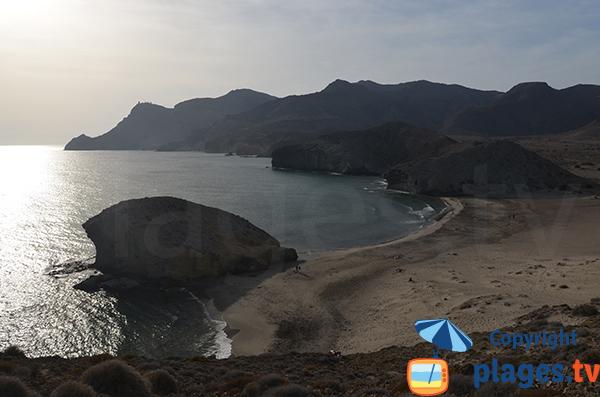 Plage de Monsul avec vue sur le phare de Cabo de Gata