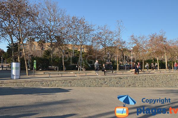 Promenade piétonne à côté du port olympique de Barcelone