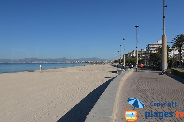 Promenade piétonne le long de la plage de Palma