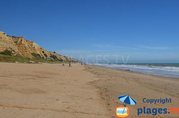 Belle plage avec des falaises dans le sud de l'Andalousie - Mazagon