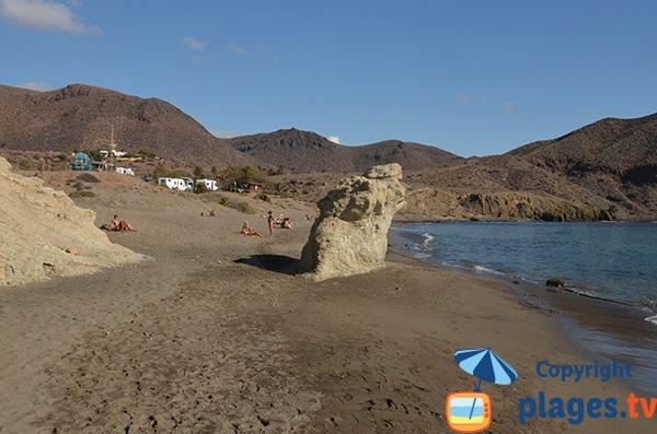 Rochers sur la plage de Penon Blanco à Isleta del Moro - Espagne