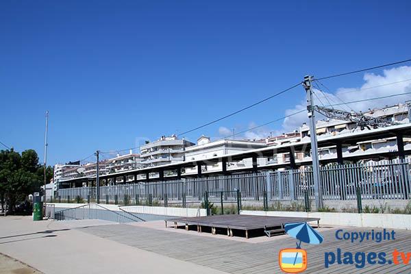 Gare à côté de la plage de Pineda de Mar