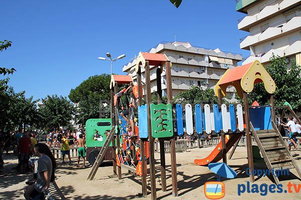 Aire de jeux à côté de la plage de Pineda de Mar