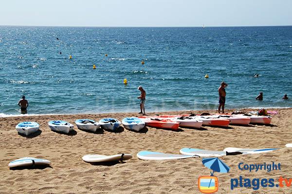 Kayak sur la plage de Pescadors à Pineda de Mar