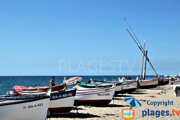 Barques de pêcheurs sur la plage de Pineda de Mar